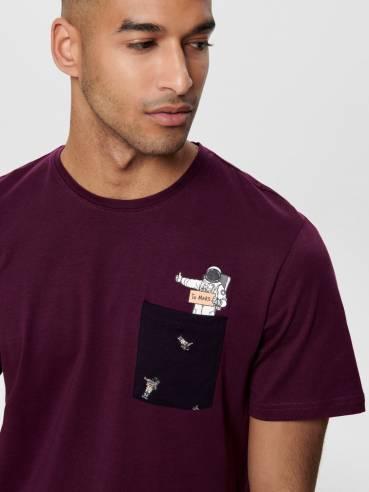 Camiseta con bolsillo y astronauta haciendo autostop