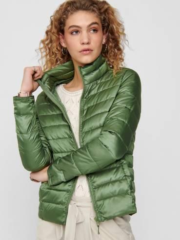 Cuello alto corta chaqueta tipo acolchada verde - Only