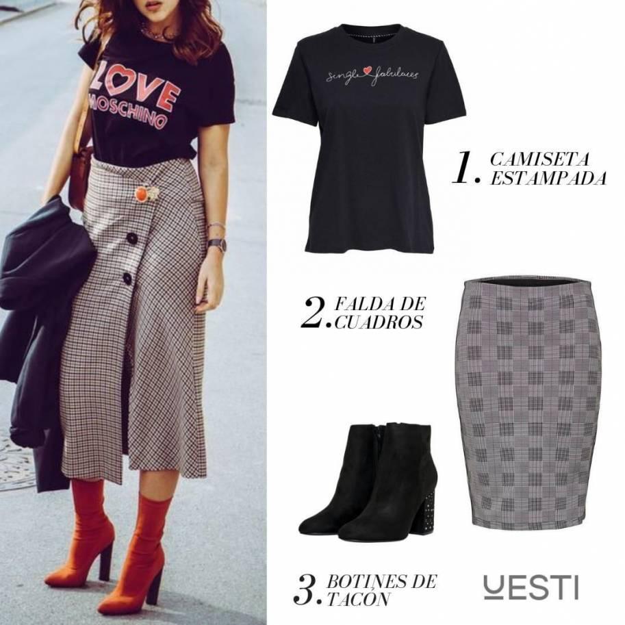Falda de cuadros con botas de tacón y camiseta básica