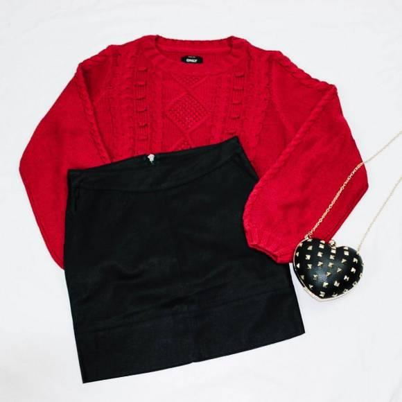 Falda de piel sintética con jersey rojo y bolso