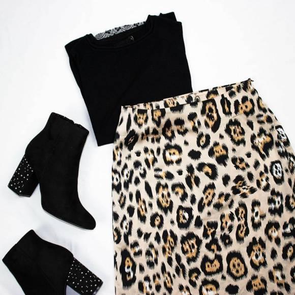 Falda de leopardo con jersey y botas