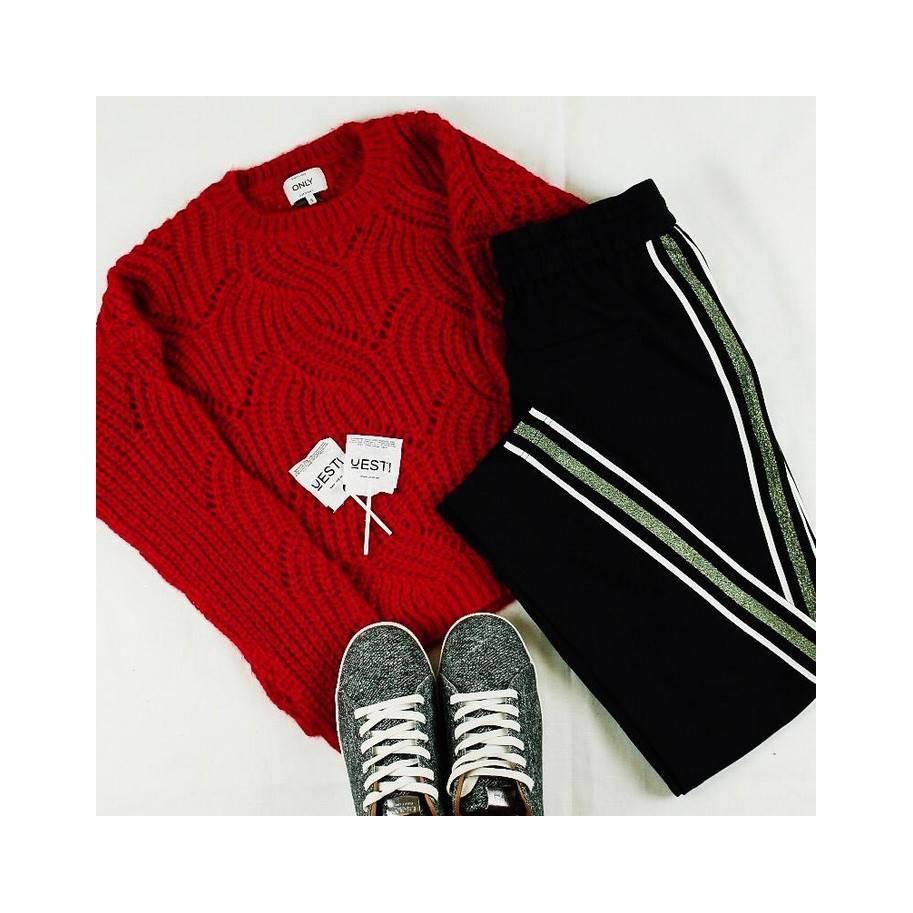 Jersey rojo con pantalón de corte holgado