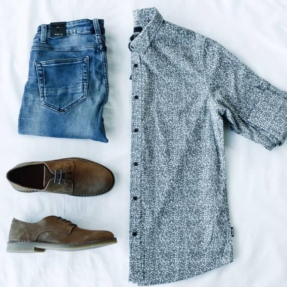 Camisa estampada con jeans y zapatos de tipo safari