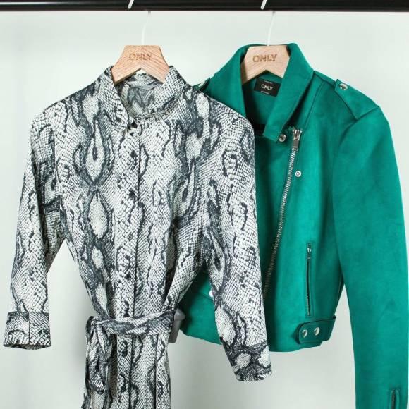 Look vestido piel de serpiente y chaqueta de tipo gamuza